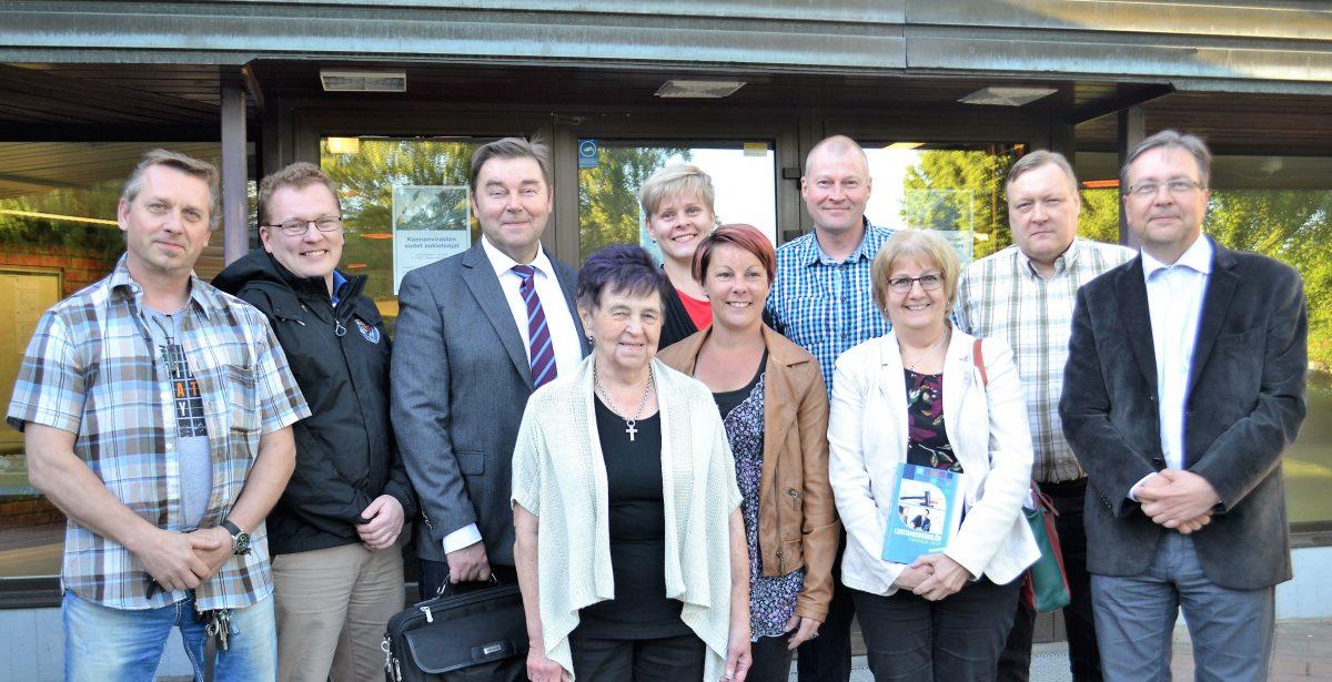 SDP-valtuustoryhmä kunnantalon edessä 2017